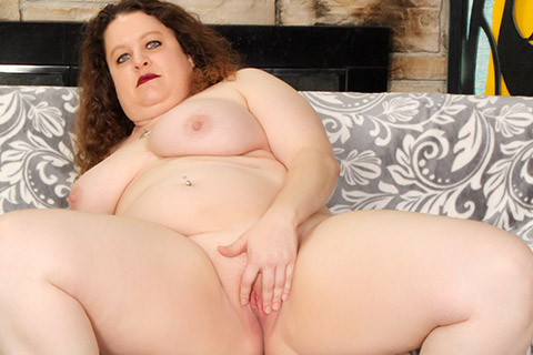 Chunky mother shows off her tits and pussy