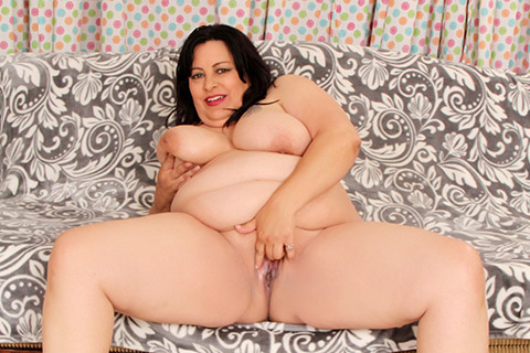 Chunky mom Lacy Bangs takes it all off
