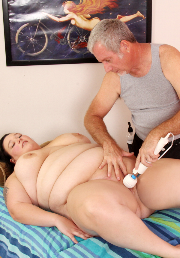 Thick and juicy Valhalla Lee enjoys pussy massage